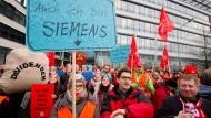 Für die Mehrheit der Belegschaft in Offenbach zahlt sich ihr Protest gegen die Standortschließung aus: Siemens-Mitarbeiter im November 2017
