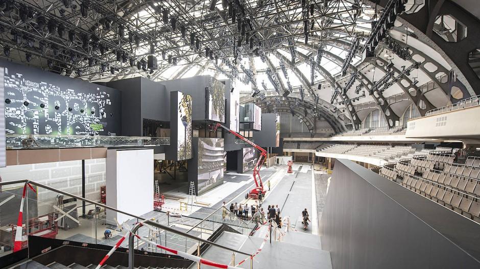 Ohne Zwischendecken: Zur IAA errichtet Mercedes eine riesige Display-Bühne in der Festhalle.