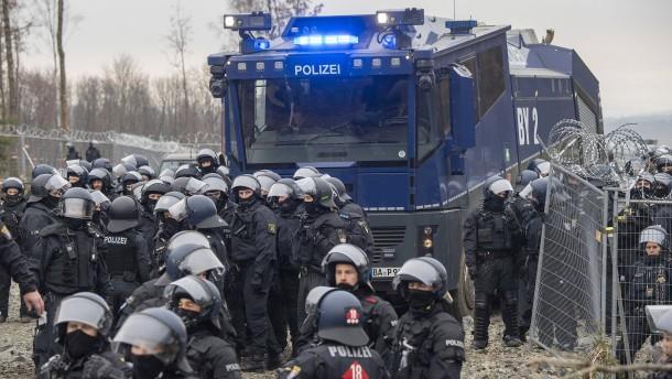 Polizei setzt am Dannenröder Forst Wasserwerfer ein