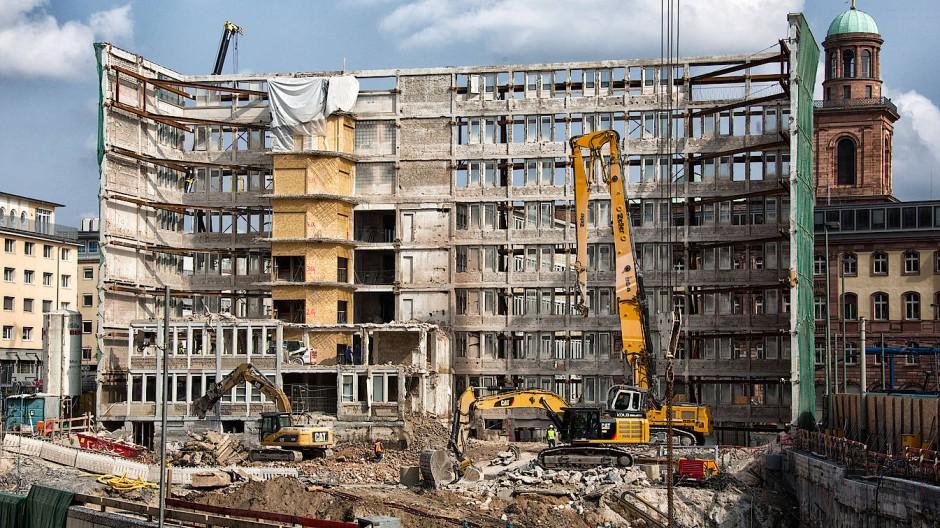 Nur noch ein Betonskelett: Wenn geschützte Gebäude umgebaut werden, bleibt manchmal nur noch die Fassade übrig, wie beim Bundesrechnungshof in Frankfurt.