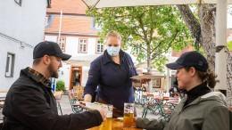 Im Biergarten mit Schirmen und Test