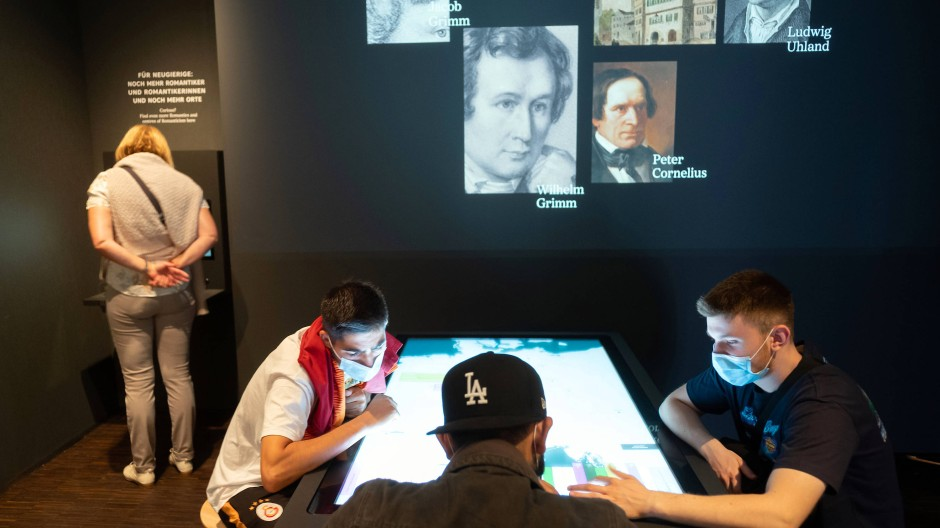 Multimedial: Besucher an einer interaktiven Station im Romantikmuseum