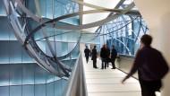 """Futuristisch: Die Metallbandkugel """"Sphere"""" in der Zentrale der Deutschen Bank in Frankfurt"""