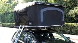 Ein Bett auf dem Autodach