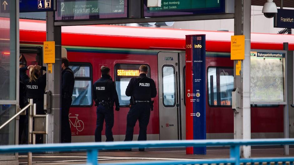 Aufregung: Ein als verdächtig eingestufter Gegenstand hat einen Polizeieinsatz nach sich gezogen und den S-Bahn-Verkehr in Frankfurt behindert (Symbolbild)