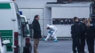 Spurensicherung: Polizisten bei der Arbeit nach den Schüssen auf das Flüchtlingsheim in Dreieich im Januar 2016
