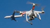 Gefahrenquelle: Es mehren sich Nachrichten bei Beinahe-Kollisionen von Flugzeugen und Drohnen