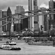 Wo einst nur eine Furt über den damals noch viel breiteren Main führte, erleichtern heute die vielen Frankfurter Brücken den Wechsel von einem Ufer zum anderen.