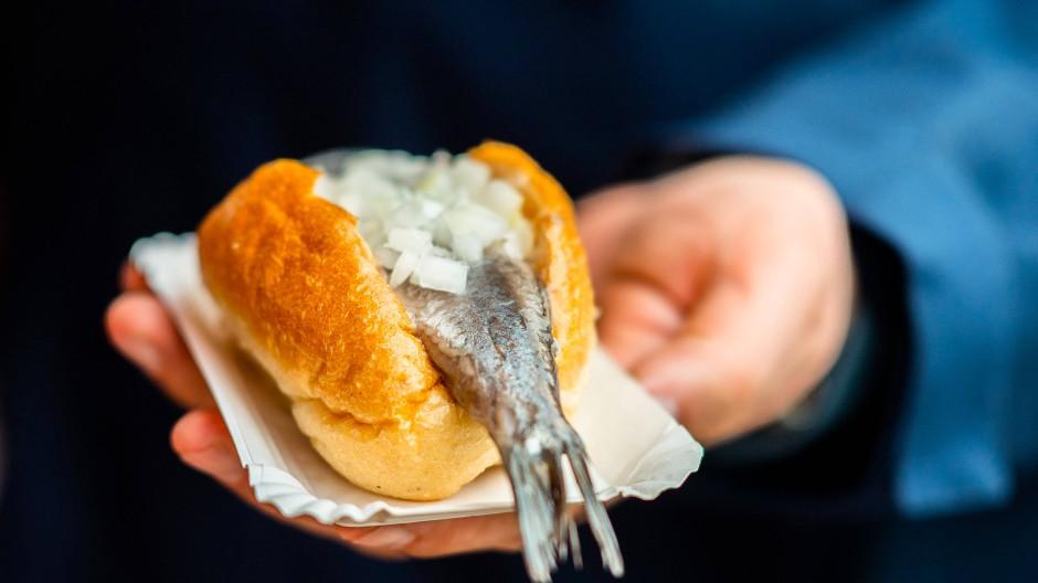 Auf die Hand: Während die Holländer den Matjes gerne an der Schwanzflosse packen und pur genießen, liegen die Filets in Deutschland oft in einem Brötchen.