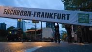 """Nach einem Bombenfund wurde der Radklassiker 2015 abgesagt: Der Abbau des Gerüsts an der Ziellinie des Rennens """"Rund um den Finanzplatz Eschborn-Frankfurt"""" begann am Vorabend."""