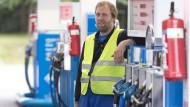 Aussterbender Beruf: Andreas Feilbach ist einer der wenigen verbliebenen Tankwärte in Deutschland.