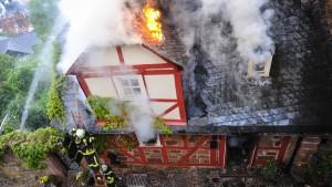 Fachwerkhaus steht in Flammen