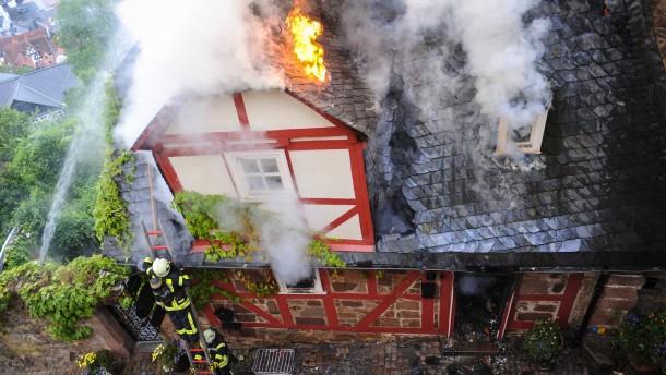 marburg fachwerkhaus steht in flammen. Black Bedroom Furniture Sets. Home Design Ideas