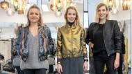 Gruppenbild mit Hunden: Kathrin Jimenez, Magdalena Koch und Lena Stingl (von links) wollen zusammen Mode verkaufen.