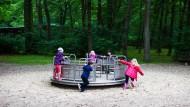 Jetzt geht's rund: Nach den Sommerferien kommen die Kinder, die im Schwanheimer Waldspielpark toben, in die Schule.
