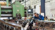 Der richtige Abstand: In Industriebetrieben (im Bild das Schienenwerk Voestalpine in Butzbach) gelten neue Abstandsregeln und Hygienevorschriften.