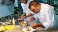 """Klassisch mit orientalischer Note: Küchenchef Coskun Yurdukal erhielt 17 von 20 Punkten der """"Gault Millau"""" und führt das Gourmetrestaurant."""