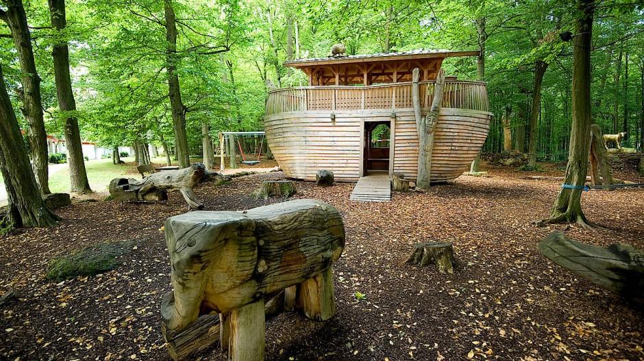 Am Wegesrand: Der Bibelpark in Herbstein mit einer Arche Noah.