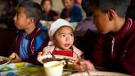 Hunger stillen: Das Frühstück in der Schule, das die Stiftung Kinderzukunft im abgelegenen Ort Esperanza organisiert, ist für viele Kinder die einzige Mahlzeit am Tag. Auch die fast zwei Jahre alte Helen darf mitessen, während ihre Mutter in der Küche hilft.