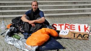 Früherer Tänzer bricht Dauerprotest vor Staatstheater ab