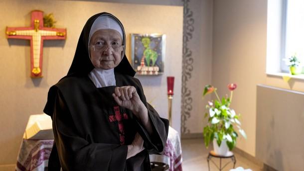 Eine Nonne kämpft sich durch