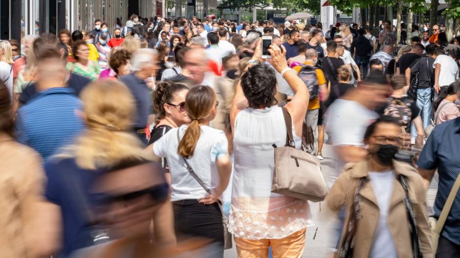 Viel los: Zahlreiche Menschen bevölkern die Frankfurter Innenstadt.
