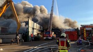 Ursachensuche zwischen verbrannten Autos und Metallschrott