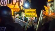 Mehrere Hundert Menschen haben weitgehend friedlich gegen den Aufmarsch von Neonazis in Büdingen demonstriert.