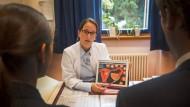 Verständnisvoll: Nicole Sänger, Leiterin des Kinderwunschzentrums am Uniklinikum Frankfurt, erklärt dem Ehepaar, woran es liegen könnte, dass es nicht zum Eisprung kommt.