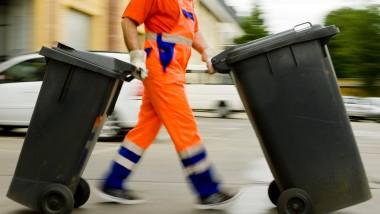 Weg damit: Ein Müllmann bei der Entsorgung. Doch auch die hohen Müllkosten in Frankfurt sollen verschwinden.