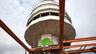 """Wahrzeichen ade: Das """"Fässchen"""" des Henninger-Turm wird nicht am Kran gen Boden schweben, dafür ist es zu schwer"""