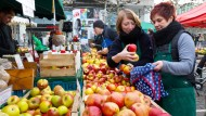 Am Stand von Obstbauer Wilfried Stranz an der Konstablerwache gibt es einen Apfel gratis für Kunden, die ihre eigene Tasche mitbringen.