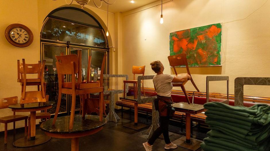 """Stühle weiter auf den Tischen: Auch das """"Café Karin"""" in Frankfurt bleibt zu."""