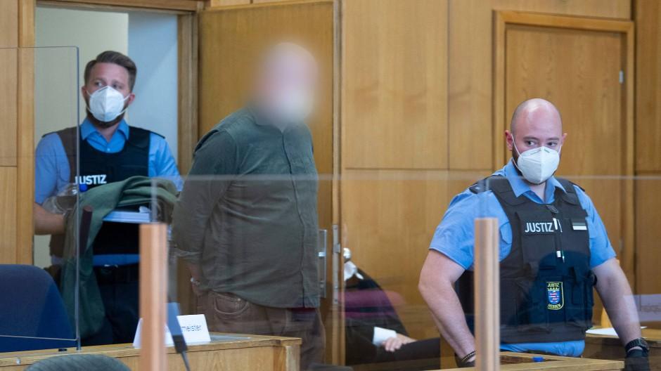 Getrennt: Angeklagte wie Markus H., der im Mordfall Lübcke vor Gericht steht, sitzen wegen Corona hinter Plexiglas.