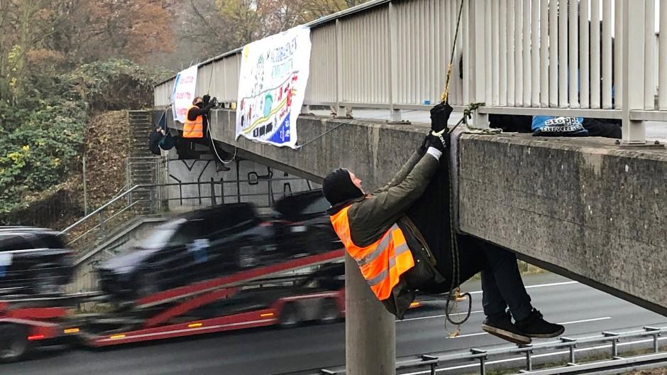 Plakativ: Umweltaktivisten selten sich von einer Brücke an der A2 ab, Gleiches geschah an mehreren anderen Autobahnen in Hessen und Thüringen