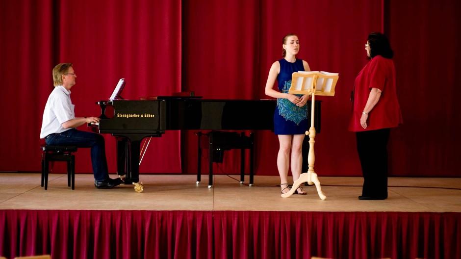 Gesangsunterricht für die Sopranistin Irene Herter.