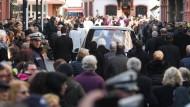 Letztes Geleit: Bei einem Trauerzug durch die Mainzer Innenstadt haben tausende Menschen Abschied von Kardinal Karl Lehmann genommen