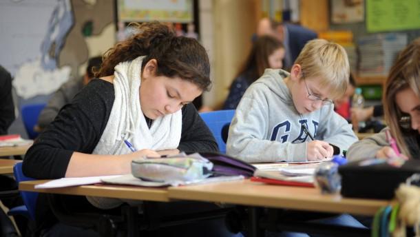 Nicola Beer - Die hessische Kultusministerin (FDP) informiert sich im Unterricht einer Schulklasse der Hofheimer Heiligenstockschule über die dort praktizierte Inklusion.