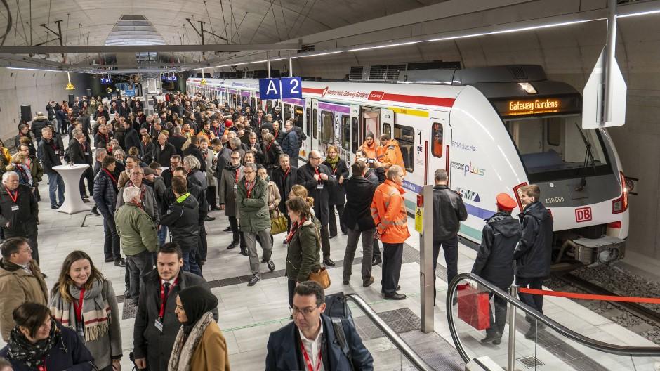 Erstling: Zug im S-Bahnhof Gateway Gardens am Frankfurter Flughafen