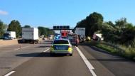 Vollsperrung: Nach dem tödlichen Unfall mit einem Sprinter ging auf der A5 nahe Bad Nauheim in Richtung Norden stundenlang nichts mehr - aber auch gen Süden staute sich der Verkehr