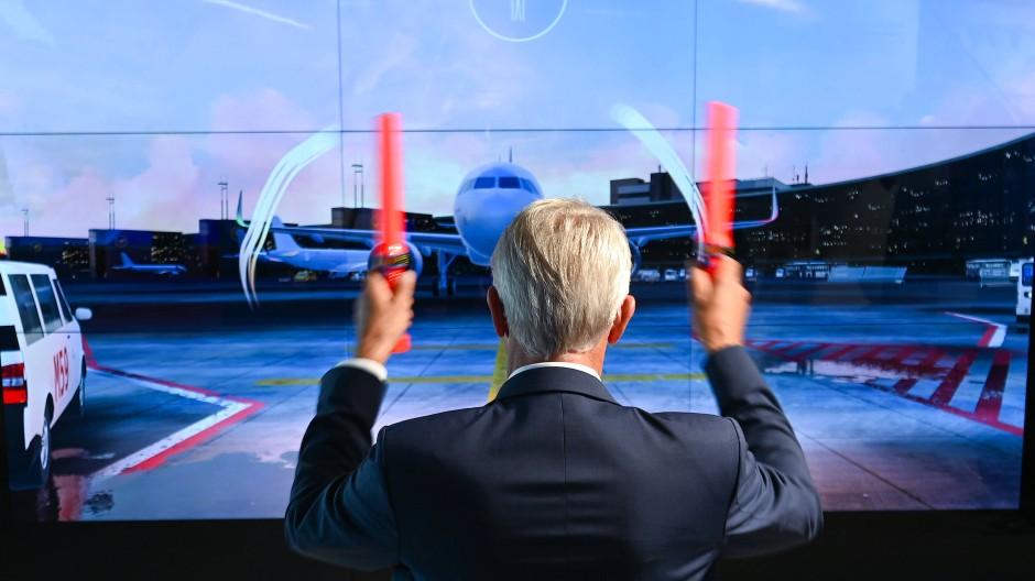 Lotse: Fraport-Chef Stefan Schulte bei einem interaktiven Spiel im neuen Besucherzentrum des Frankfurter Flughafens, dessen Geschäft weiter unter den Pandemiefolgen leidet