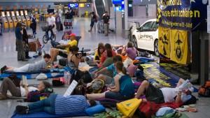 Demonstranten schlafen am Flughafen
