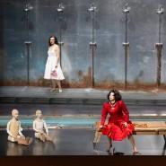"""Auf Abstand: Tanja Ariane Baumgartner (vorne) verkörpert bei den Salzburger Festspielen die Klytämnestra in der Strauss-Oper """"Elektra""""."""
