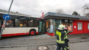Bus fährt in Apotheke: Bremse und Gaspedal verwechselt