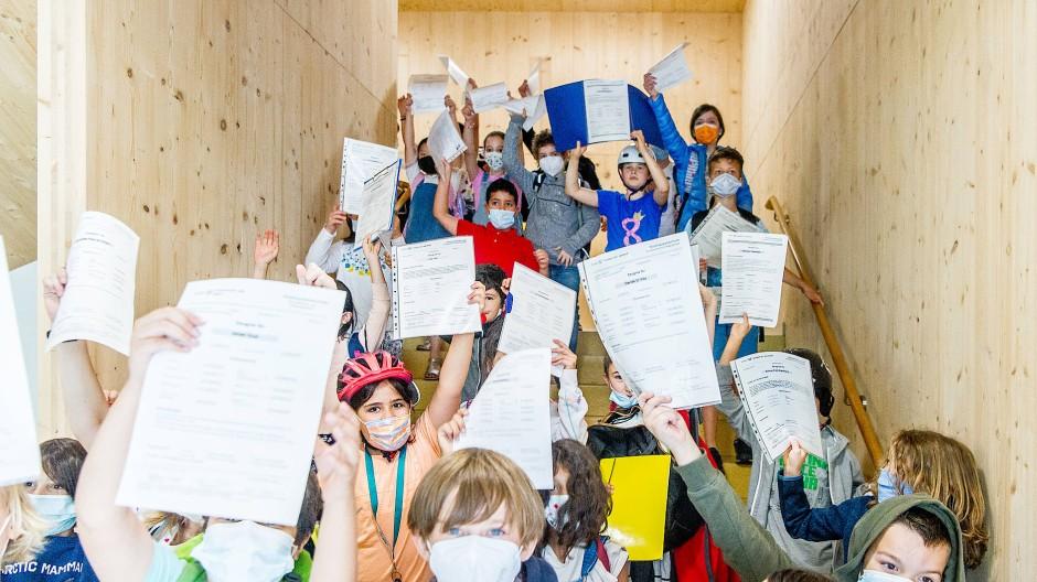 Zeugnisse hoch und Masken noch nicht runter: Wie für diese Grundschüler der Frankfurt Holzhausenschule endet ein merkwürdiges Schuljahr.
