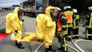 Einsatz: Immer wieder müssen Feuerwehrleute zu verunglückten Gefahrgut-Transportern ausrücken, so wie auf diesem Bild von 2015 nahe Kelsterbach und jetzt in Biebesheim
