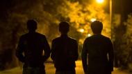Verunsichert: Drei junge Afghanen, die in Rhein-Main als Putzkräfte in Hotels arbeiten und nicht erkannt werden wollen