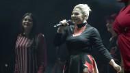 Deutschlands Stimme: Charley Ann Schmutzler (Mitte) in der Festhalle