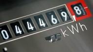 Alles unter Kontrolle: Der Stromzähler sammelt die Kilowattstunden, die ein Haushalt verbraucht. Mit einem günstigen Tarif kann man sparen.