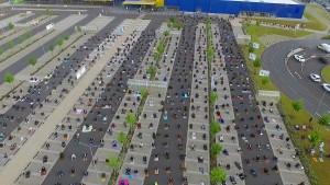 Hunderte Muslime beten auf Ikea-Parkplatz